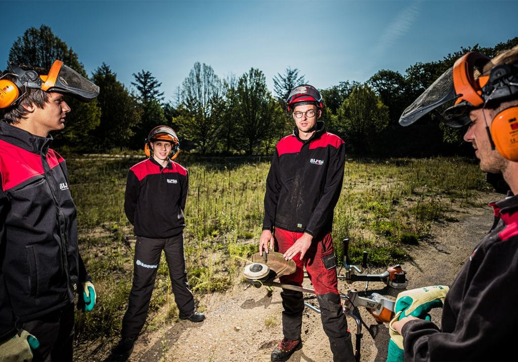 trainer die cursisten uitlegt over veilig werken met de bosmaaier basis
